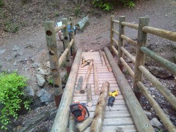 Passerelle en bois rond: construction